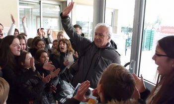 700 Students Form A Guard Of Honor To Thank A Retiring Teacher On His Last Day